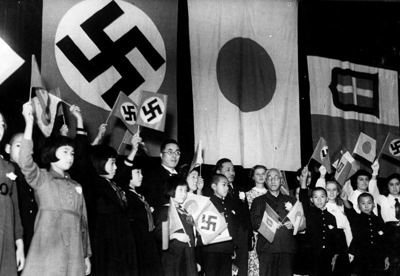 Министр образования Японии Кунихико Хашида, немецкие, японские и итальянские дети на праздновании подписания Тройственного пакта между тремя странами. Токио. Декабрь 1940 г.