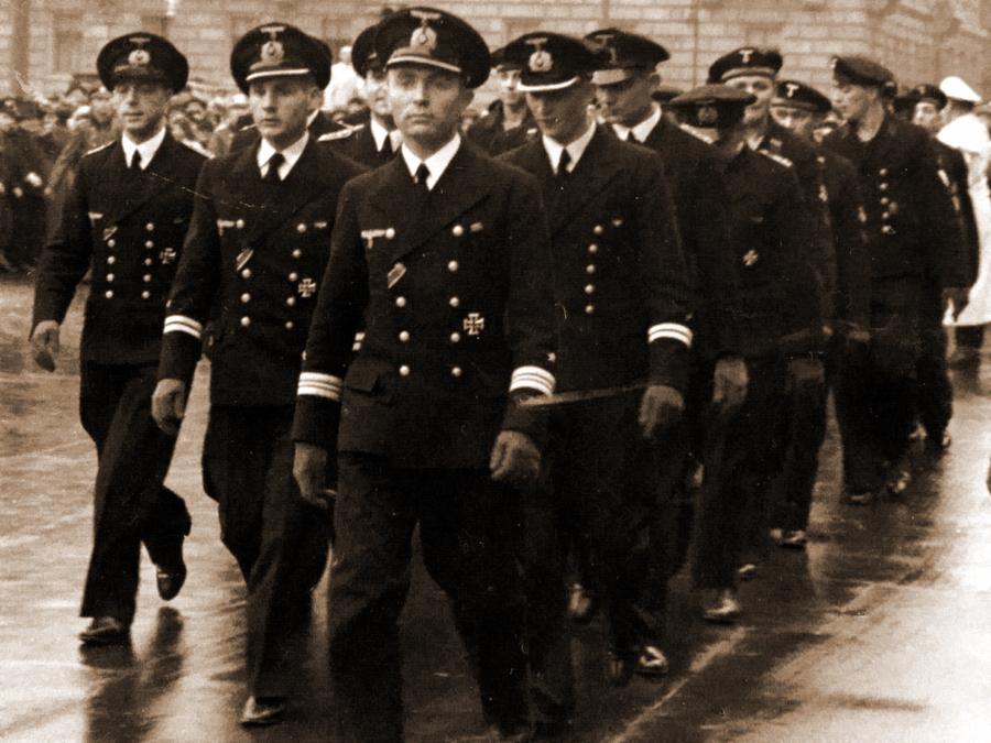 Экипаж подлодки «U-47» во дворе Рейхсканцелярии. Берлин. Октябрь 1939 г.