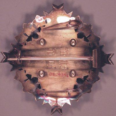 Аверс и реверс Звезды Ордена Восходящего солнца с цветами павлонии.