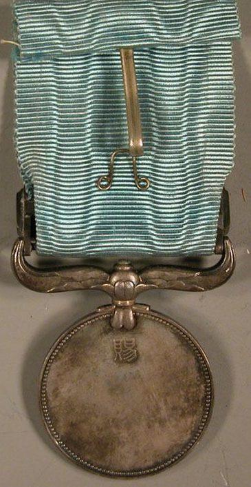 Аверс и реверс Медали Почета с зеленой лентой.