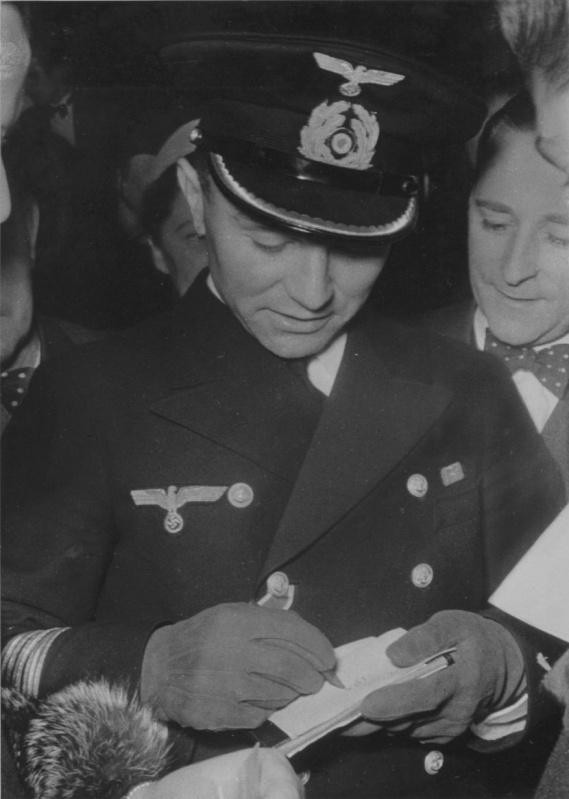 Командир подлодки «U-47» Гюнтер Прин раздает автографы после потопления британского линкора «Royal Oak». Октябрь 1939 г.