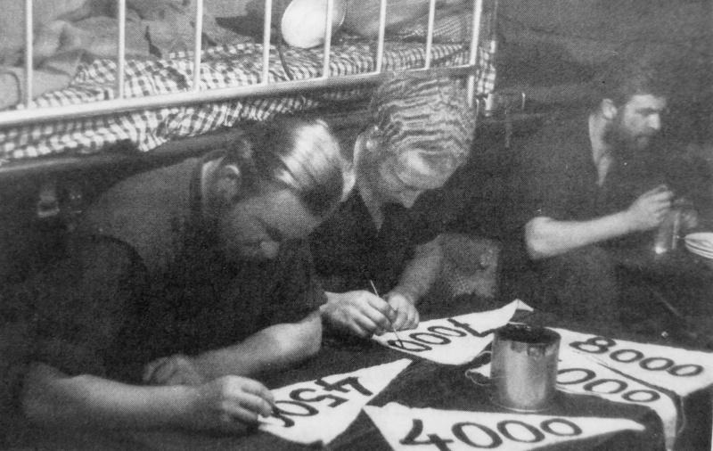 Экипаж подлодки «U-132» наносит на вымпелы водоизмещение потопленных кораблей. Порт Ла-Рошель. Август 1942 г.