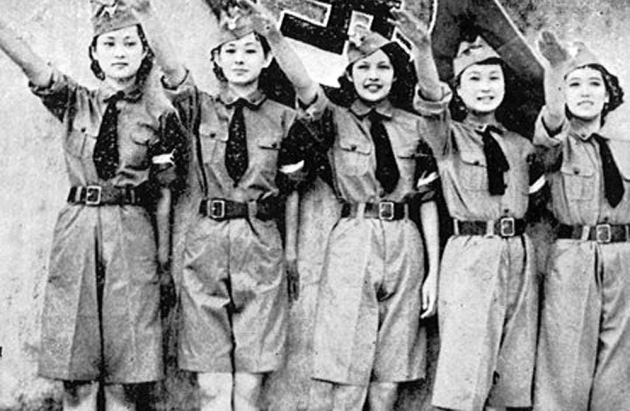 Японские девушки приветствуют делегацию Гитлерюгенд, прибывшую в Японию. Токио. 1940 г.