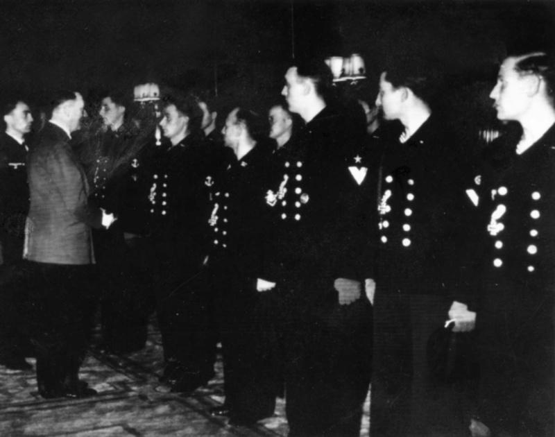 Гитлер награждает Железными Крестами матросов подлодки «U-47». Октябрь 1939 г.