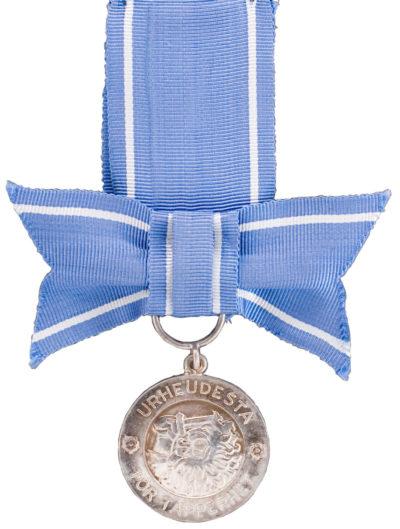 Вариант медали Свободы I-класса ордена Креста Свободы с бантом.