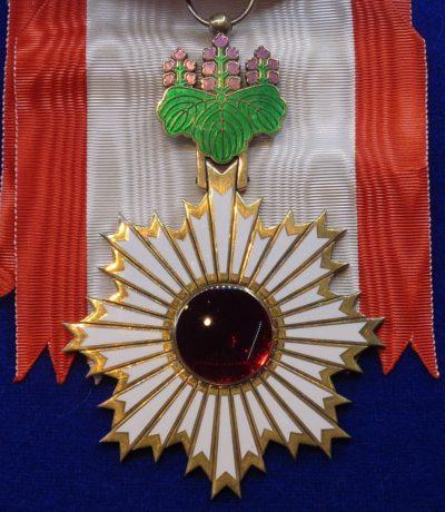 Знак Ордена Восходящего солнца на Большой ленте.