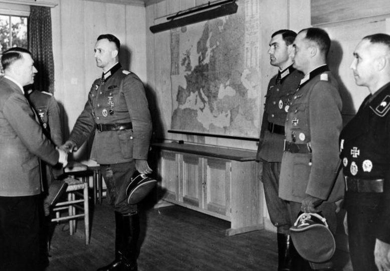 Теодор Тольсдорф получает Дубовые листья к Рыцарскому кресту из рук фюрера. 1943 г.