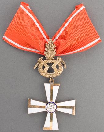 Крест 1-го класса ордена Креста Свободы за военные заслуги в военное время с дубовыми листьями за храбрость и отвагу.