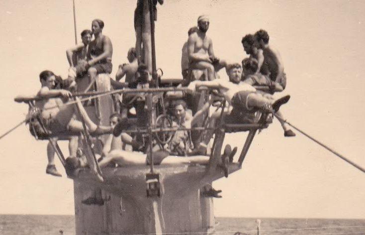 Солнечные «ванны» на мостике подлодки «U-94». Август 1942 г.