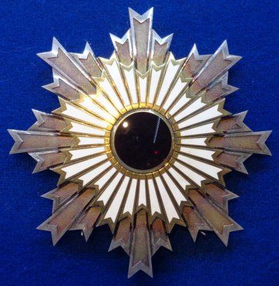 Звезда Ордена Восходящего солнца на Большой ленте.
