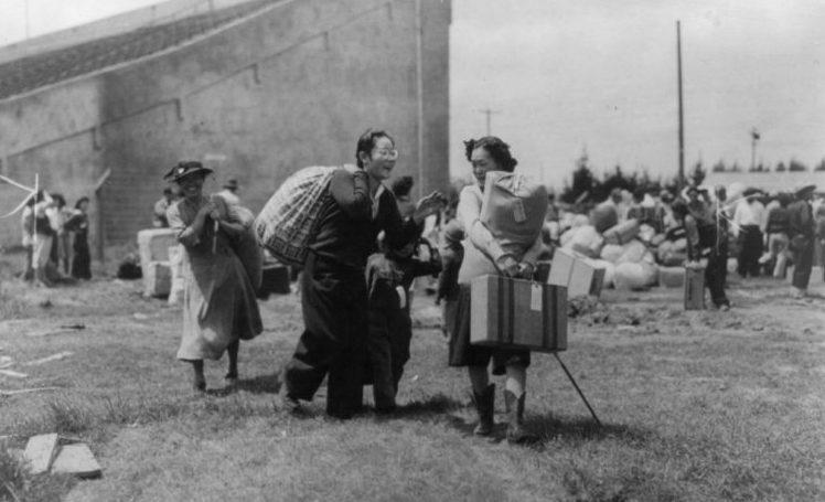 Японская семья в лагере сборного пункта в Салинасе (Калифорния). Март 1942 г.