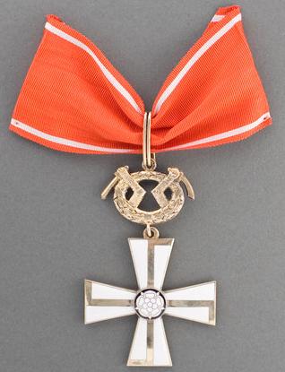 Крест 1-го класса ордена Креста Свободы за военные заслуги в военное время.