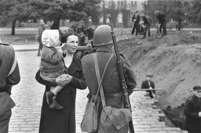 Жители готовятся к защите города. 4 сентября 1939 г.