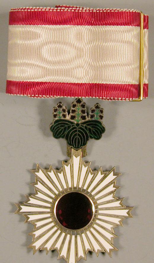 Орден Восходящего солнца 3-й степени.