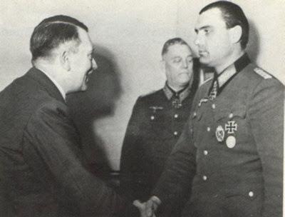 Теодор Тольсдорф получает награду из рук фюрера. 1945 г.