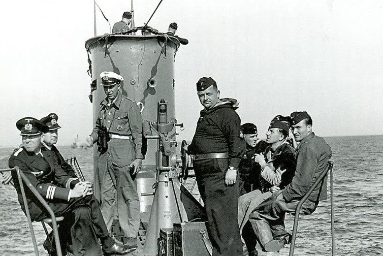 Судовой кок среди моряков на мостике «U-58». Октябрь 1939 г.