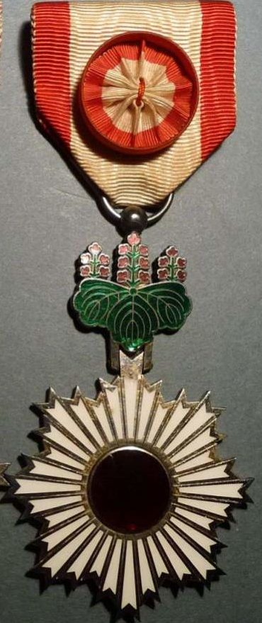 Орден Восходящего солнца 4-й степени.