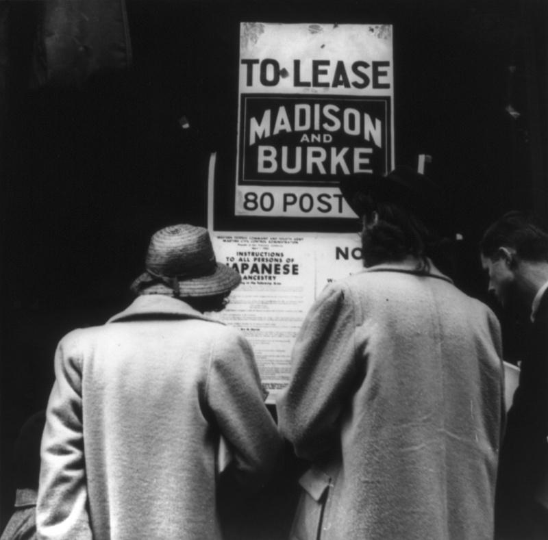 Граждане читают приказ №20, описывающий порядок интернирования американцев японского происхождения. Апрель 1942 г.
