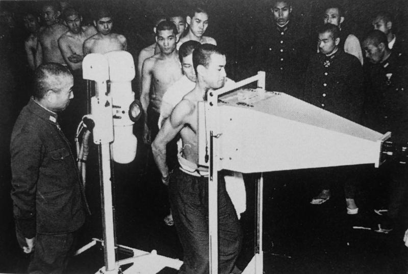 Призывники японской армии у рентгеновского аппарата. 1941 г.