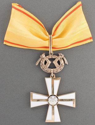 Крест 1-го класса ордена Креста Свободы за военные заслуги в мирное время.