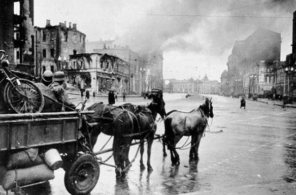 Немецкий обоз в центре города. 1 ноября 1941 года.