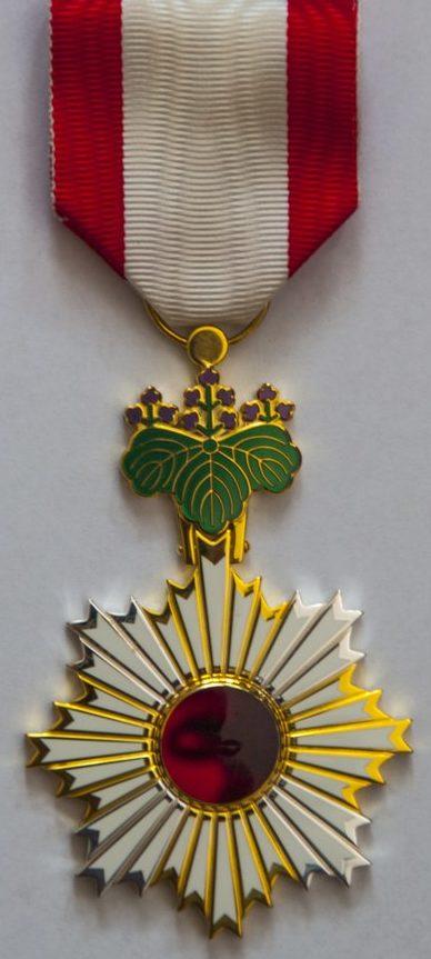 Орден Восходящего солнца 5-й степени.