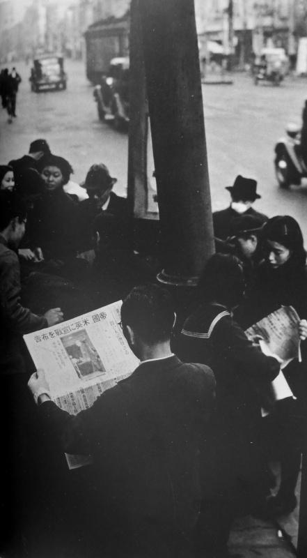 Жители Токио читают сообщение о вступлении Японии в войну. Декабрь 1941 г.