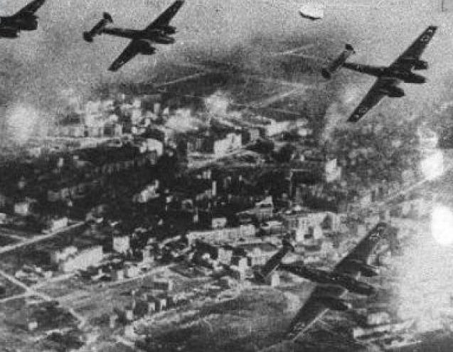 Немецкие бомбардировщики над городом. Сентябрь 1939 г.
