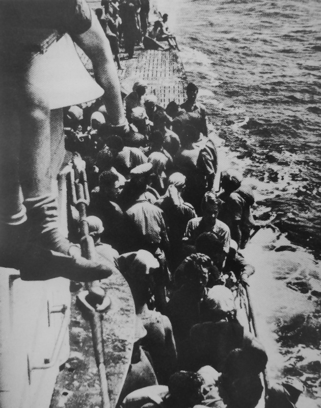 Спасшиеся с потопленного британского транспорта «Лакония» на борту подлодки «U-507». Сентябрь 1942 г.