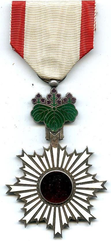 Орден Восходящего солнца 6-й степени.