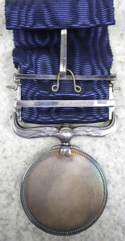 Аверс и реверс Медали Почета с синей лентой и планкой двукратного награждения.