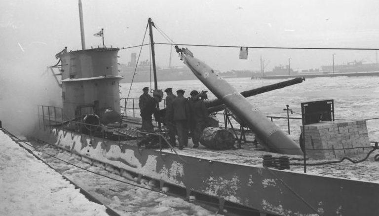 Погрузка торпеды на подлодку. Декабрь 1939 г.