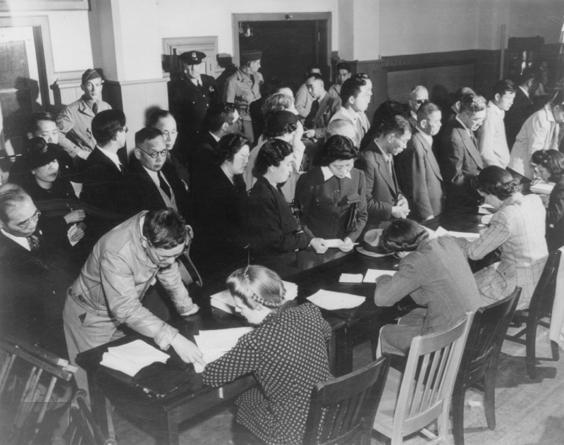 Японцы проходят регистрацию в Сан-Франциско перед отправкой в лагеря. Апрель 1942 г.