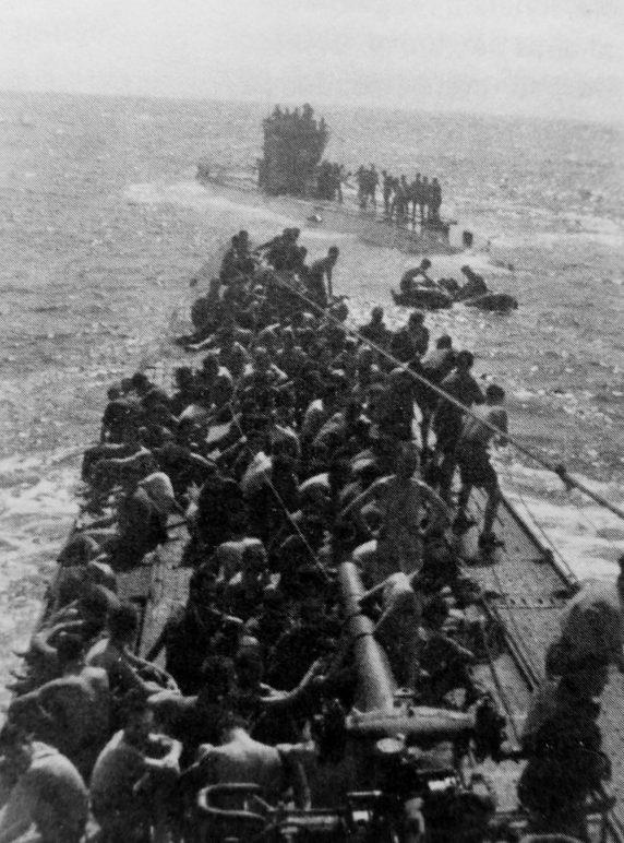 Подлодки «U-156» и «U-507» во время передачи спасшихся с торпедированного британского транспорта «Лакониа». Сентябрь 1942 г.