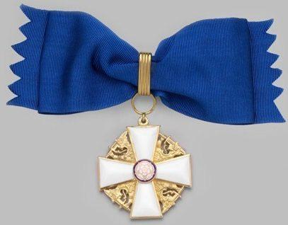 Командорский крест ордена Белой розы Финляндии на банте для женщин.