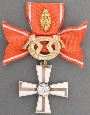 Крест 2-го класса ордена Креста Свободы за военные заслуги в военное время с дубовыми листьями за храбрость и отвагу.