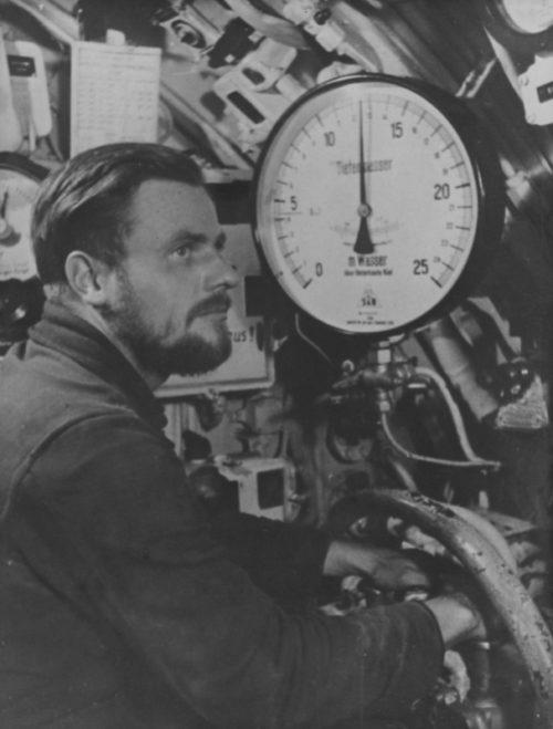 Рулевой подлодки на боевом посту. 1939 г.