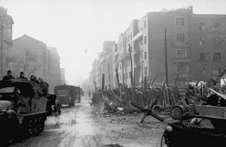 Остатки баррикады в городе. Ноябрь 1941 г.