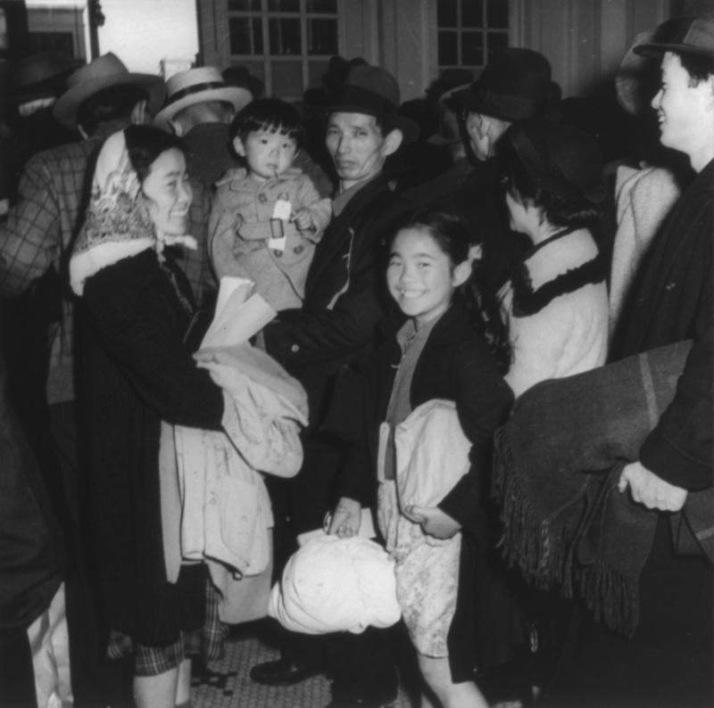 Граждане США японского происхождения стоят в очереди на регистрацию перед отправкой в лагеря для интернированных. Апрель 1942 г.