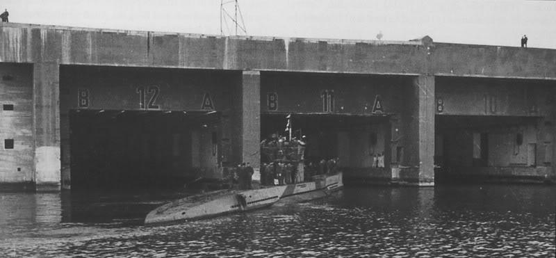 Подлодка «U-136» заходит в бетонный бункер. Ноябрь 1942 г.