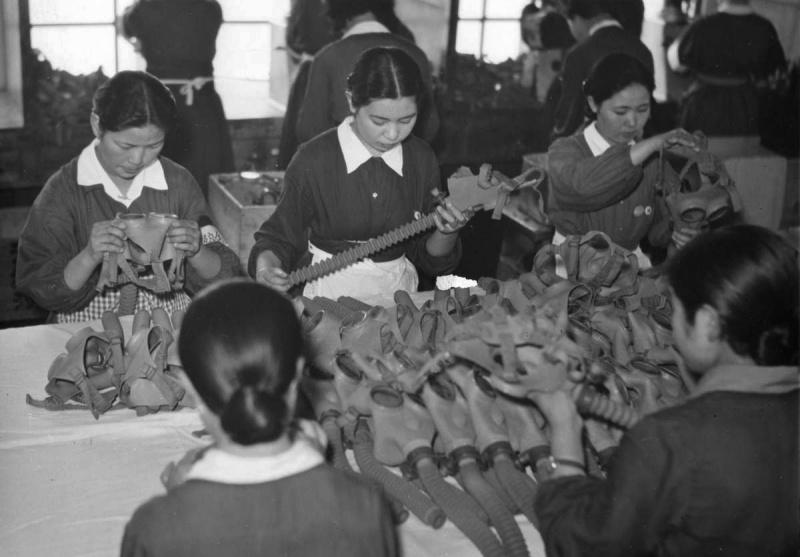 Женщины на производстве противогазов. 1941 г.