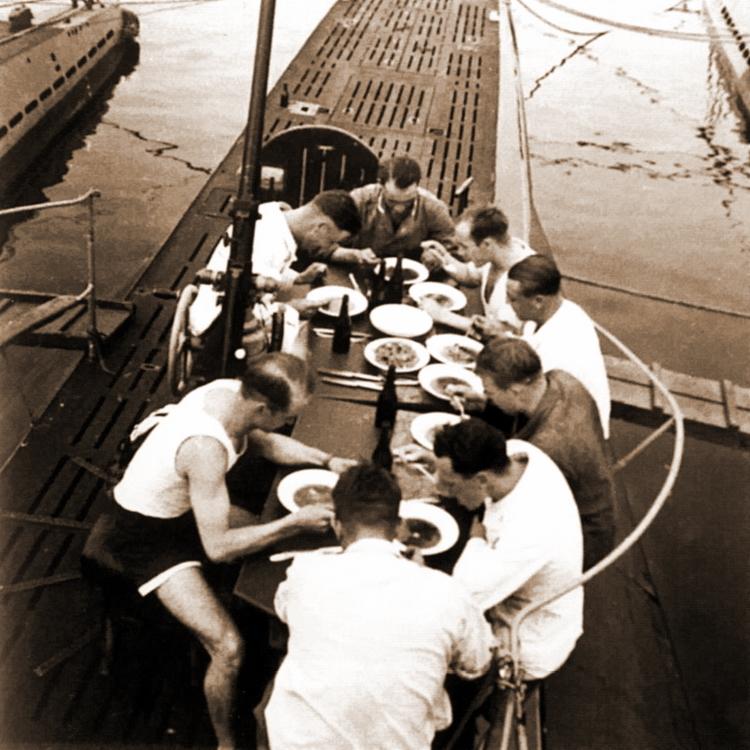 Экипаж подводной лодки «U-31» обедает на верхней палубе. 1939 г.