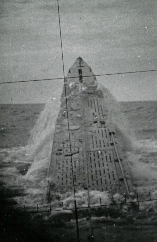 Экстренное всплытие, так называемый «прыжок касатки», подлодки «U-427». Снимок сделан через перископ. 1942 г.