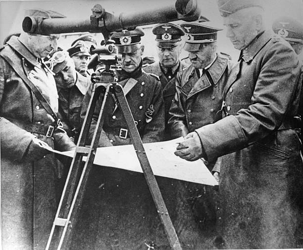 Герд фон Рунштедт, Адольф Гитлер, Вильгельм Кейтель, Мартин Борман и Эрих фон Манштейн. Польша. 1939 г.