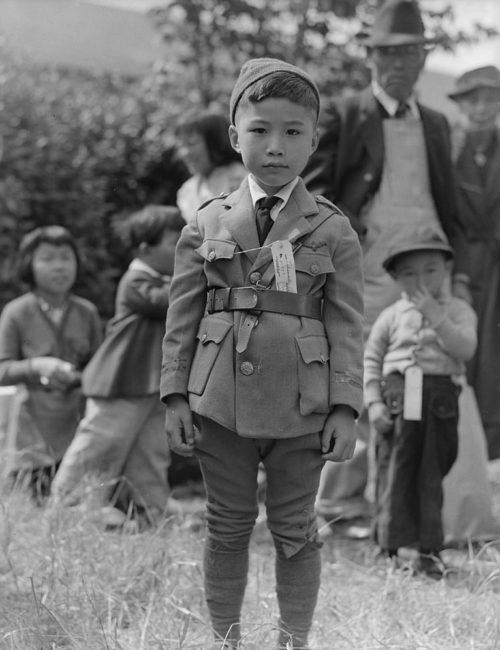 Интернированные семьи с бирками на детях. Конечно гуманней немцев, которые наносили татуировавнные номера на руку. Апрель 1942 г.