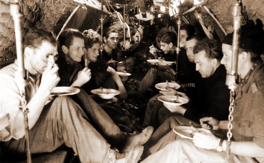 Экипаж малой лодки II серии принимает пищу в носовом отсеке.