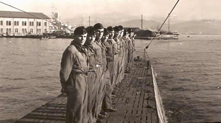 Почетная вахта на верхней палубе «U-73» при возвращении в базу. Сентябрь 1942 г.