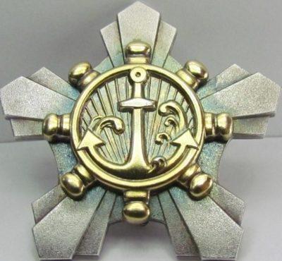 Знак «За трудолюбие членам экипажей кораблей» с золоченным центральным медальоном.