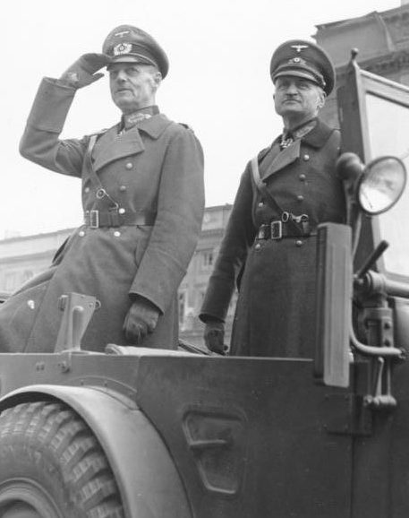 Герд фон Рунштедт и Йоханнес Бласковиц принимают парад в Варшаве. 1939 г.