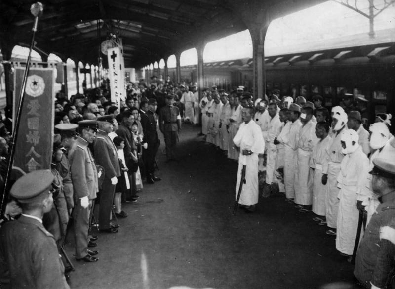 Встреча раненных солдат на вокзале. 1942 г.